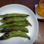 空豆をサヤごと焼く